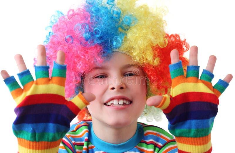 Junge in der Clownperücke und in den mehrfarbigen Handschuhen stockbilder