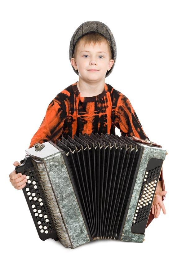 Junge, der das Akkordeon spielt. lizenzfreie stockfotografie