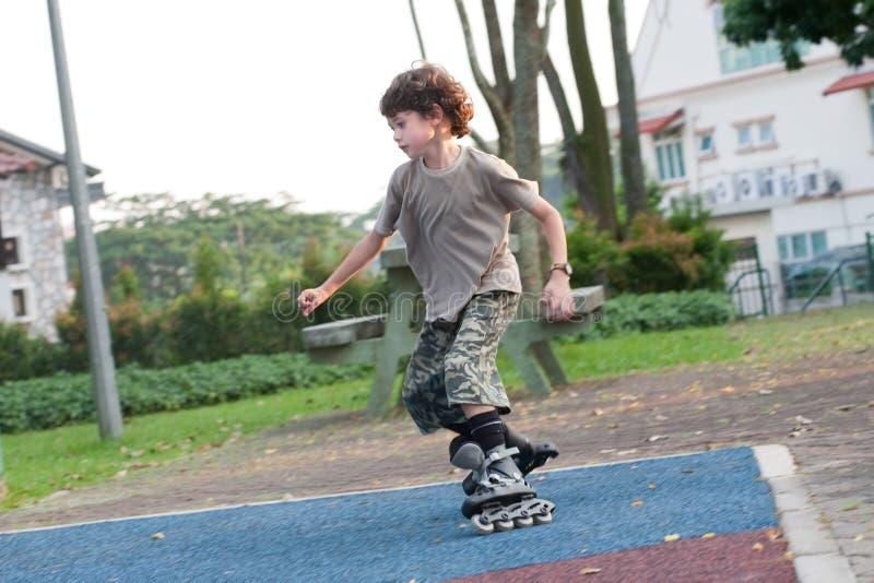 Junge, der das Rollerblading genießt lizenzfreie stockfotos