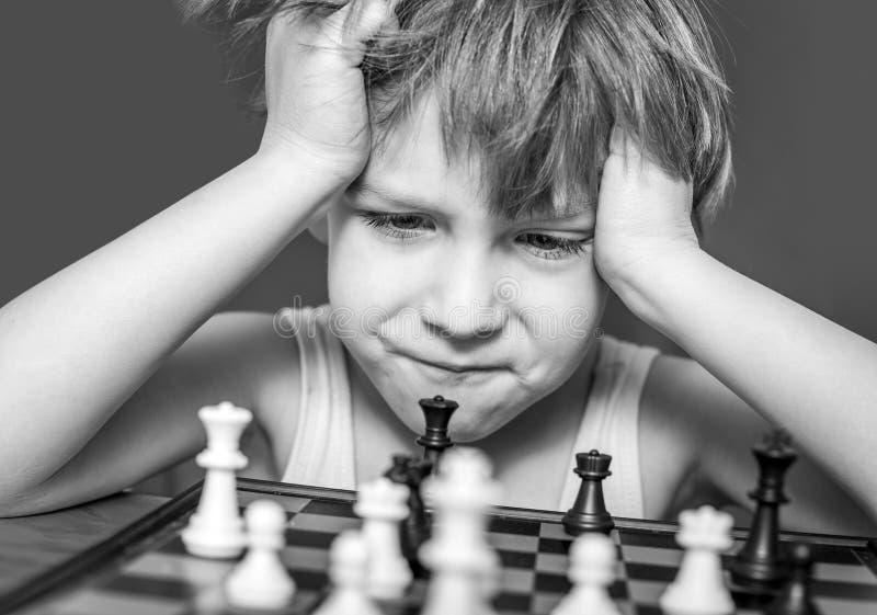 Junge, der Schach spielt lizenzfreie stockfotografie