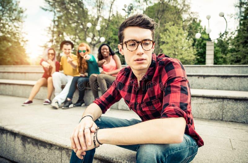Junge, der in der Schule eingeschüchtert wird lizenzfreie stockfotos