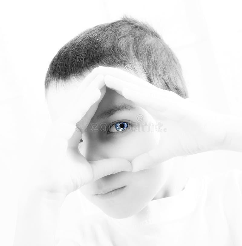 Junge, der die zukünftige Erde betrachtet stockfotos