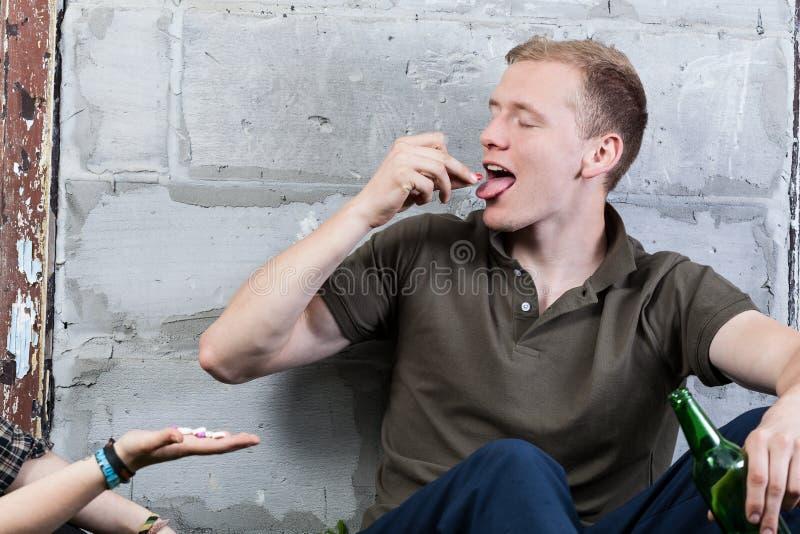 Junge, der Drogen nimmt lizenzfreie stockfotos