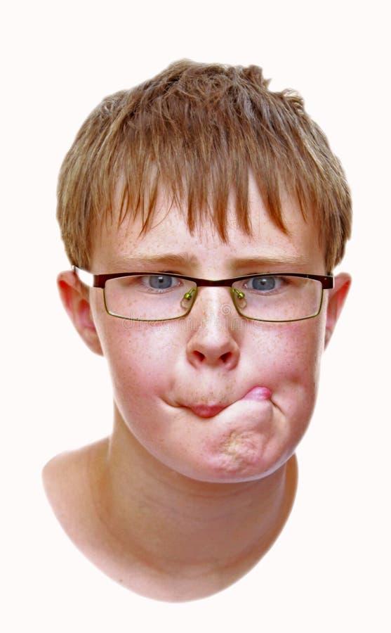 Junge, der ein lustiges Gesicht bildet lizenzfreie stockfotos