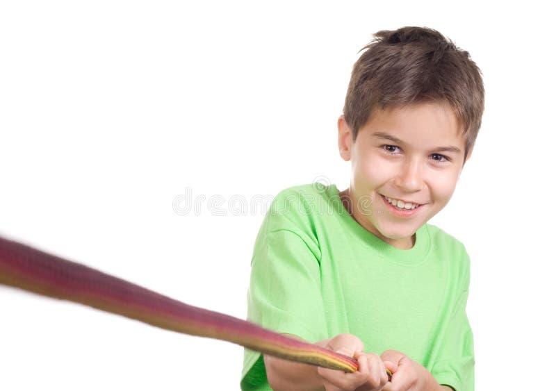 Junge, der ein Seil zieht lizenzfreie stockfotos