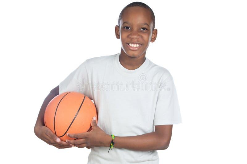 Junge, der eine Basketballkugel anhält lizenzfreies stockbild
