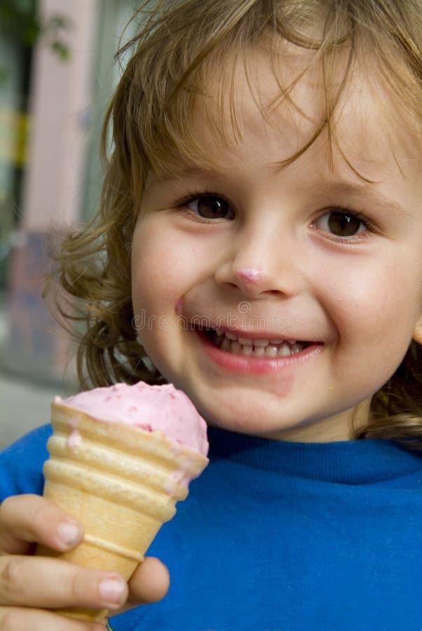 Junge, der eine Eiscreme isst. lizenzfreie stockfotos