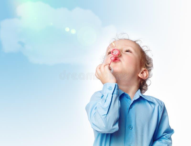 Junge, der eine Luftblase durchbrennt stockbilder