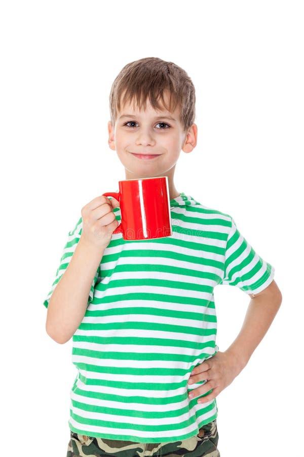 Junge, der eine rote Schale hält lizenzfreie stockbilder