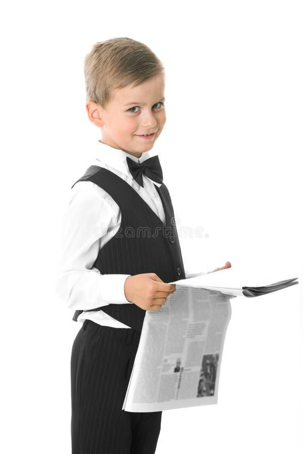 Junge, der eine Zeitung anhält lizenzfreie stockfotos