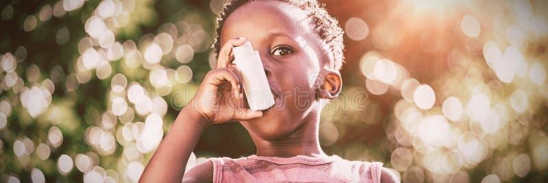 Junge, der einen Asthmainhalationsapparat verwendet lizenzfreie stockfotos