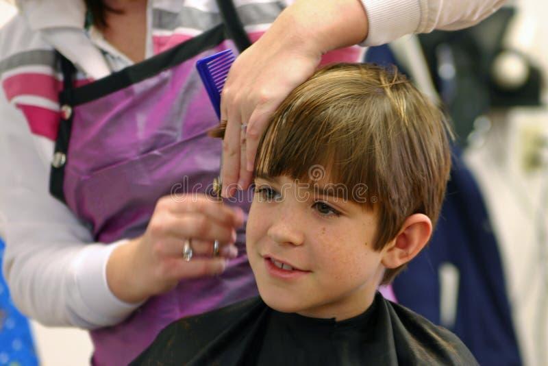 Junge, der einen Haarschnitt erhält stockfotos