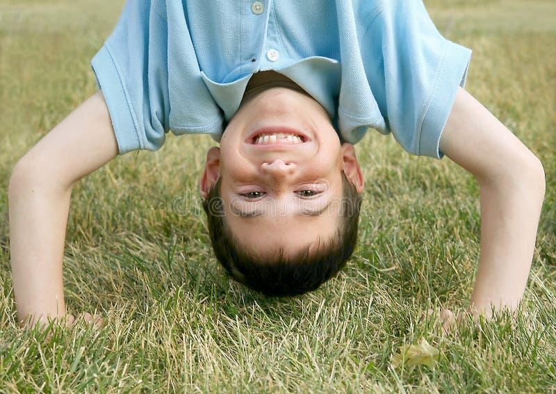 Junge, der einen Handstand tut lizenzfreie stockbilder