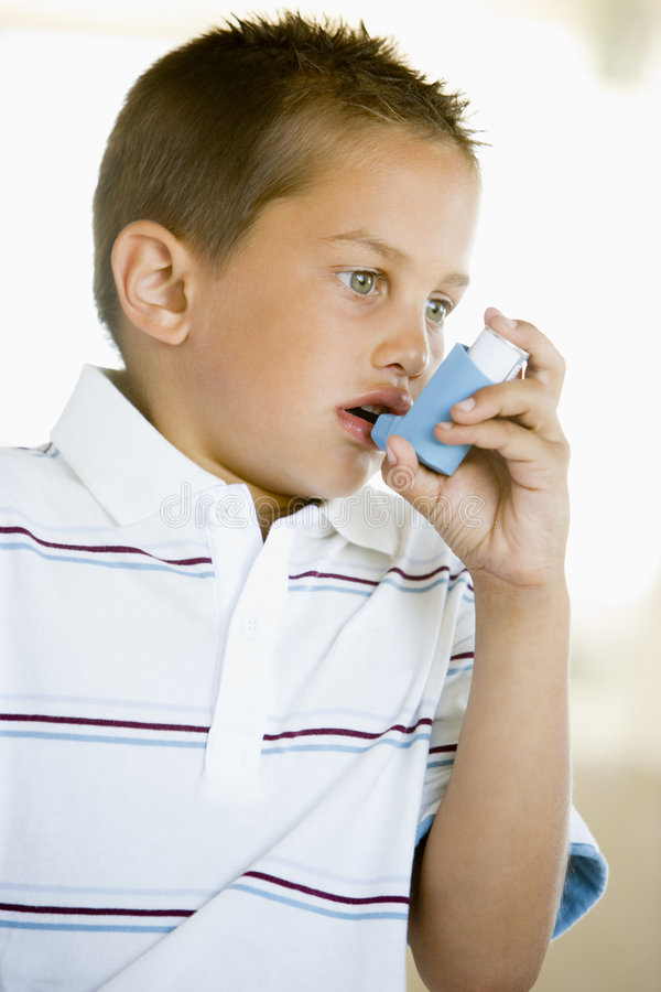Junge, der einen Inhalator verwendet lizenzfreie stockfotos