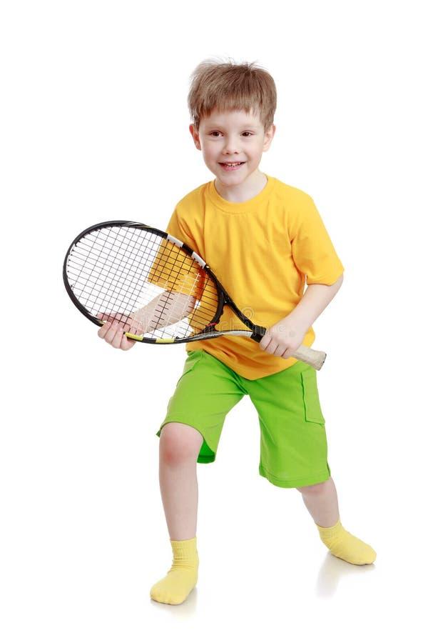 Junge, der einen Tennisschläger hält stockbilder