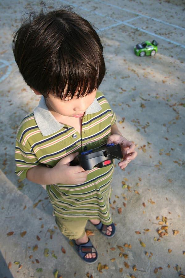 Junge, der Fernsteuerungsauto spielt lizenzfreies stockfoto