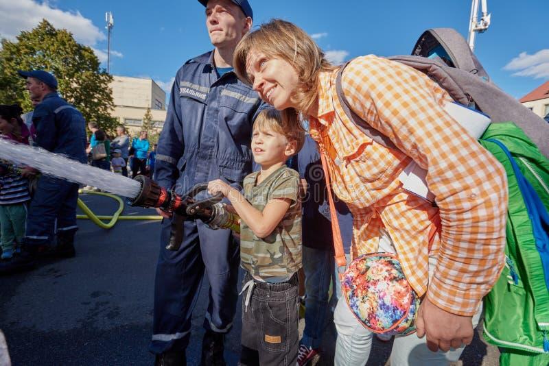 Junge, der Feuerlöschpumpe verwendet lizenzfreies stockfoto