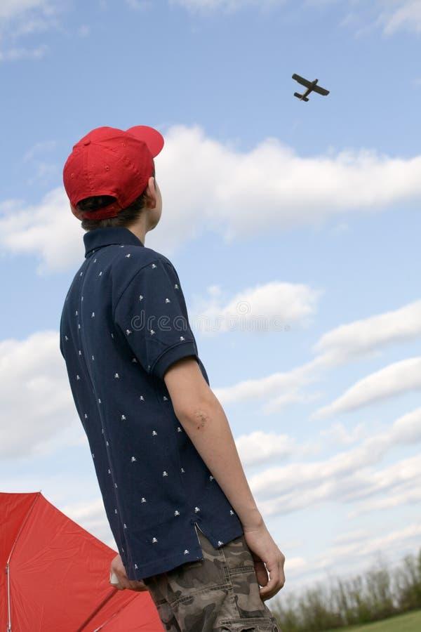 Junge, der Flugzeug betrachtet lizenzfreie stockfotos