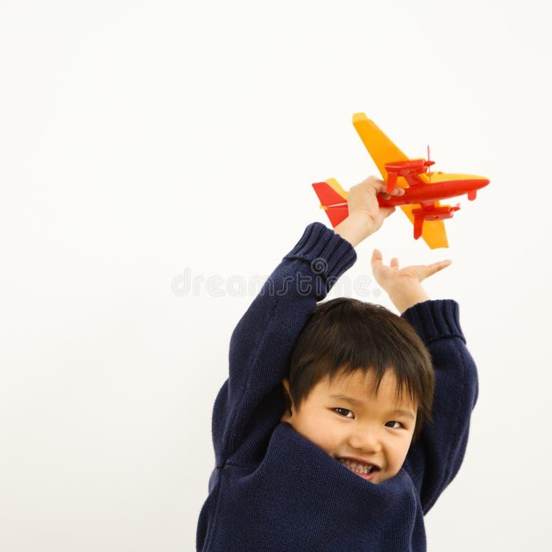 Junge, der Flugzeug spielt lizenzfreies stockfoto
