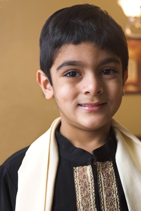 Junge in der formalen indischen Kleidung stockfotografie