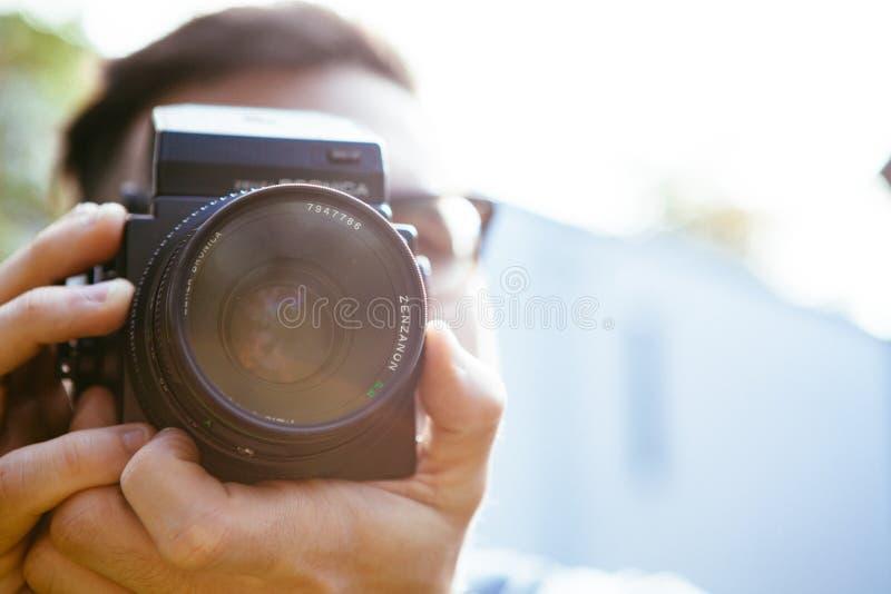 Junge, der Foto mit Bronica-Kamera macht stockbild