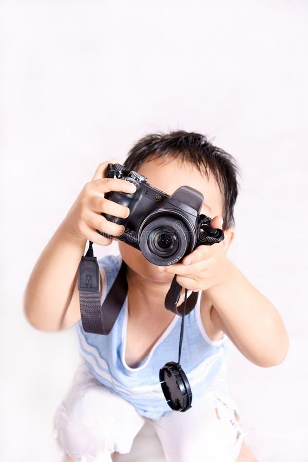 Junge, der Fotos nimmt stockbild