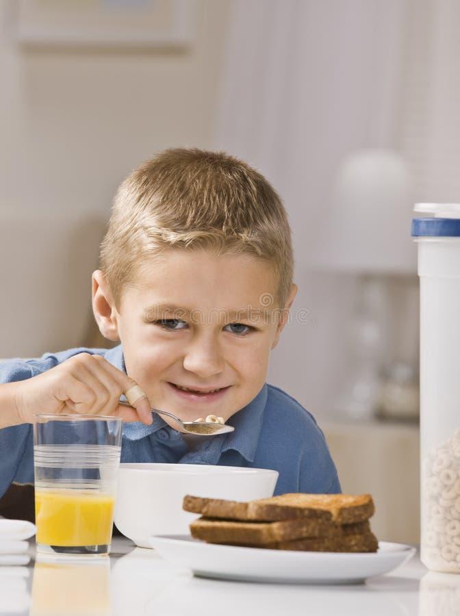 Junge, der Frühstück isst stockfoto