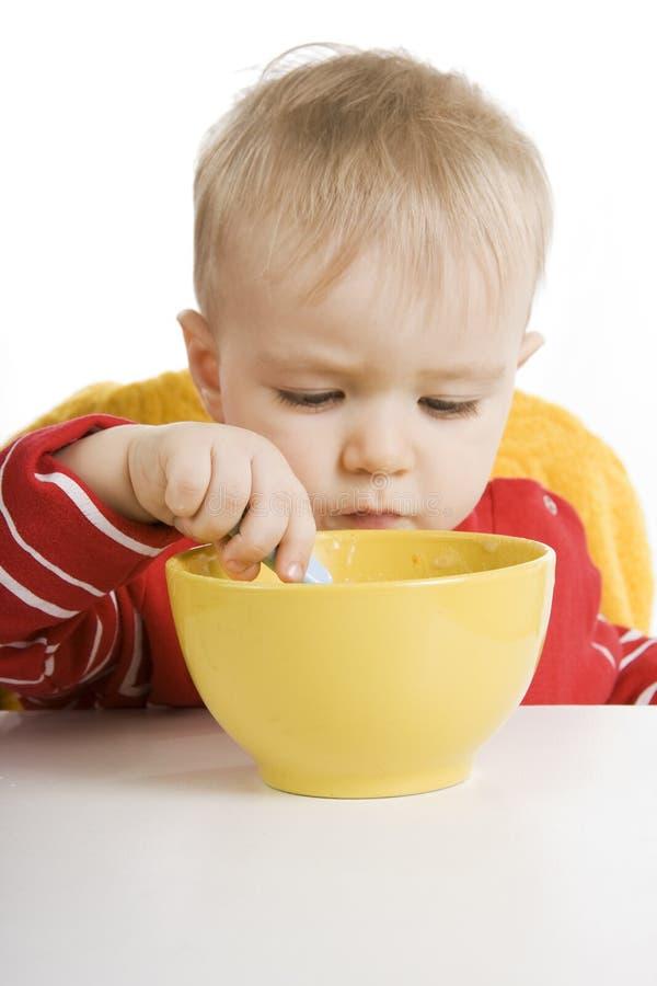 Junge, der Frühstück isst stockbild