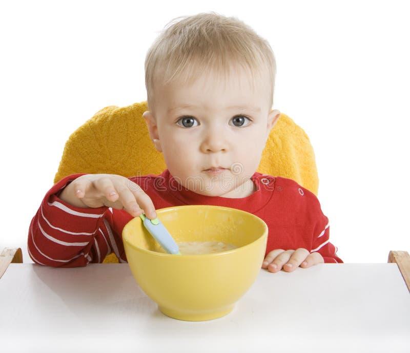 Junge, der Frühstück isst stockfotos