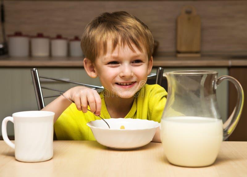 Junge, der Frühstück isst stockbilder