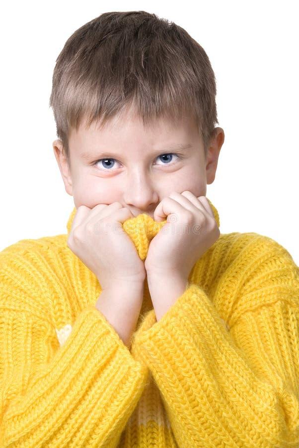 Junge in der gelben Strickjacke lizenzfreie stockbilder
