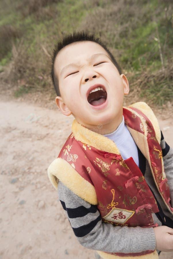 Junge, der Gesicht bildet lizenzfreies stockfoto