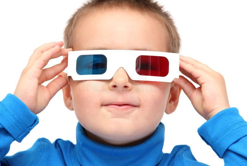 Junge, der Gläser 3d trägt lizenzfreie stockfotografie