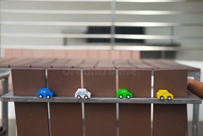 Junge, der hölzerne Spielzeugautos spielt lizenzfreie stockbilder