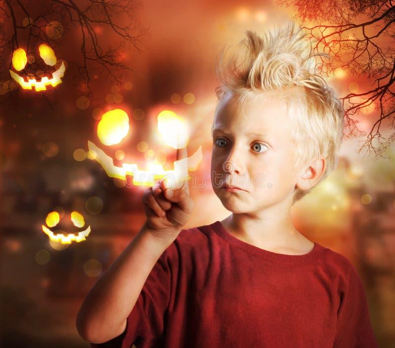 Junge, der Halloween-Geist berührt lizenzfreies stockbild