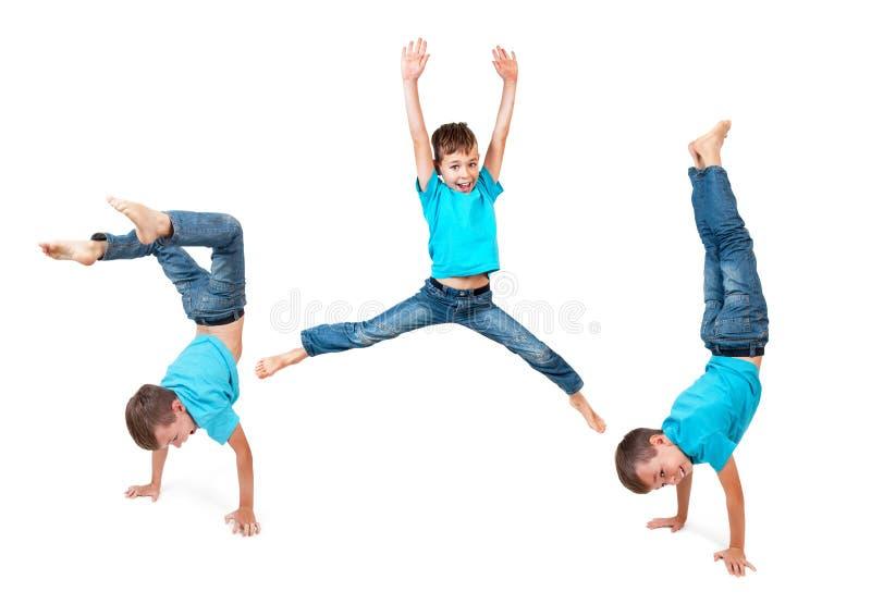 Junge, der Handstand tut stockbilder
