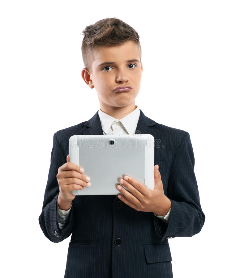 Junge, der herein Tablet-Computer und Shows duckface hält stockfoto