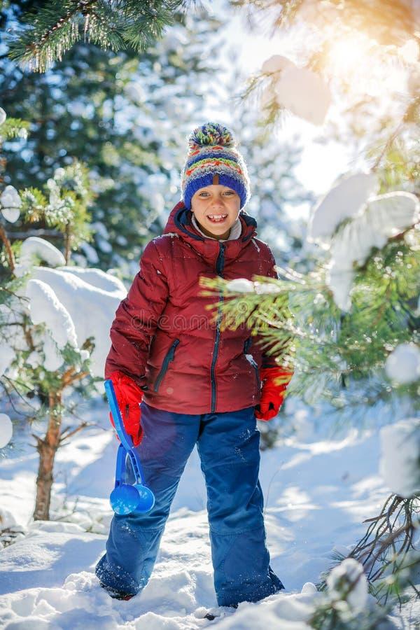 Junge, der im Großen Schnee im Winter spielt stockbilder