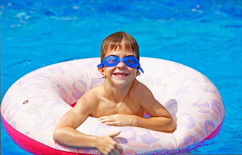 Junge, der im Pool spielt stockbild