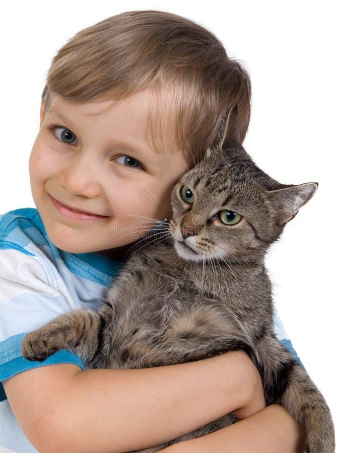 Junge, der Katze umarmt lizenzfreie stockfotografie