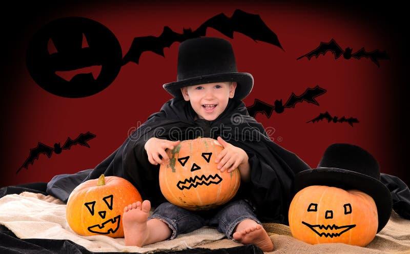 Junge in der Klage der Zählung Dracula auf Halloween lizenzfreies stockfoto