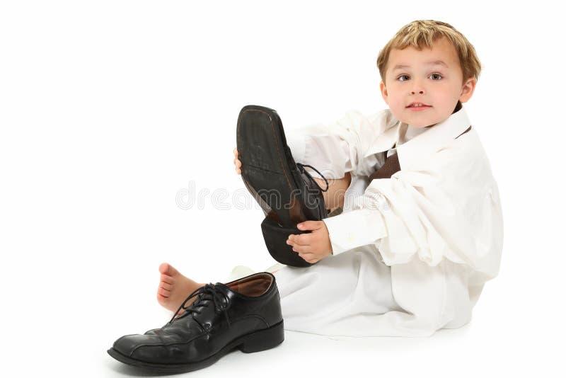 Junge in der Klage des Vatis lizenzfreie stockfotografie