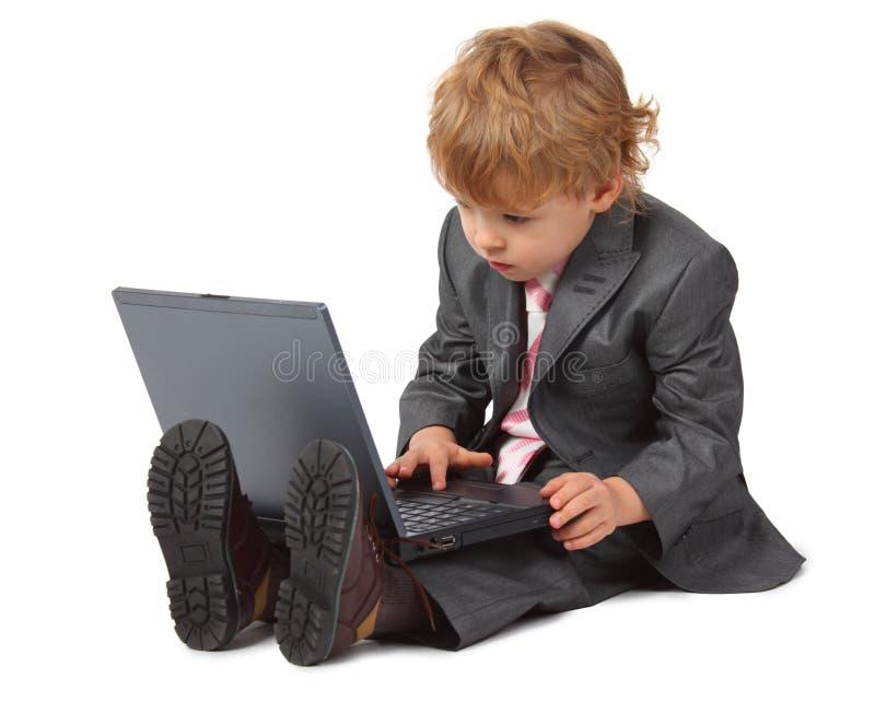 Junge in der Klage mit Laptop lizenzfreie stockbilder