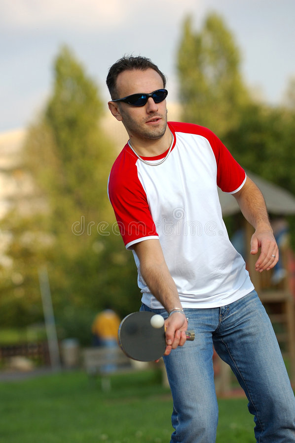 Junge, der Klingeln pong spielt lizenzfreie stockbilder