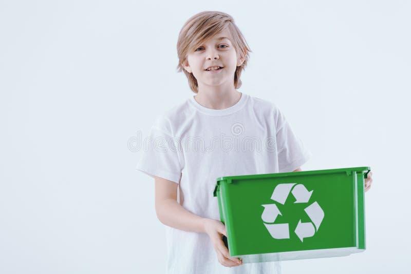 Junge, der Korb hält stockfotografie