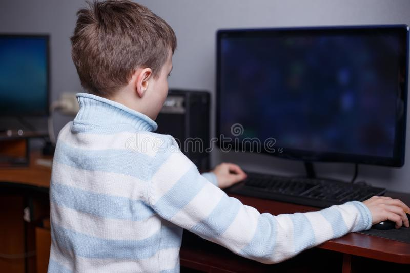 Junge, der on-line-Computerspiel in seinem Raum spielt Hobby und Freizeit, lizenzfreie stockbilder