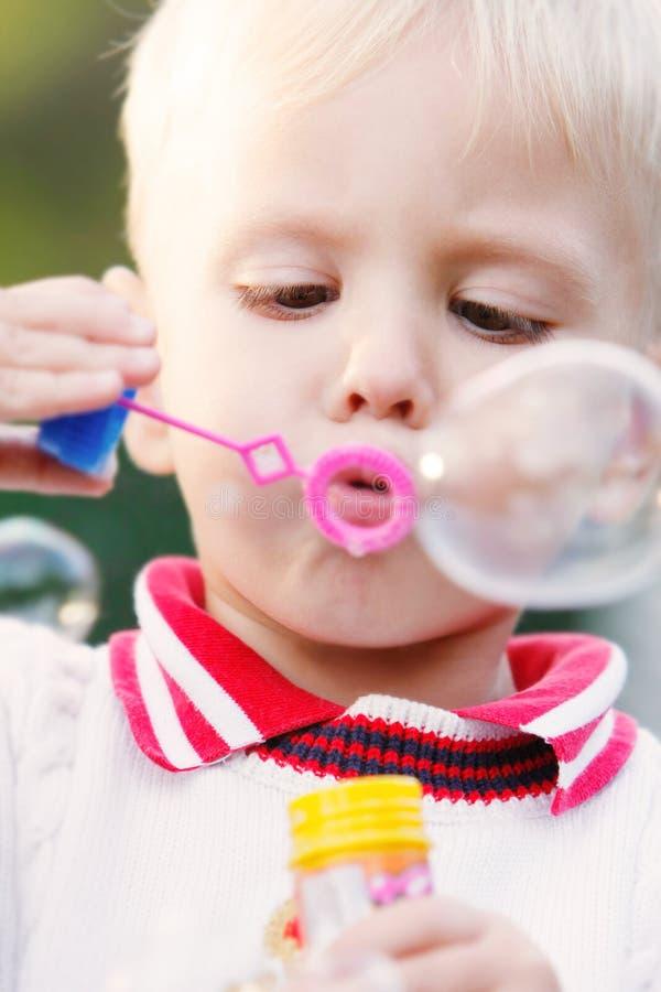 Junge, der Luftblasen bildet lizenzfreie stockbilder