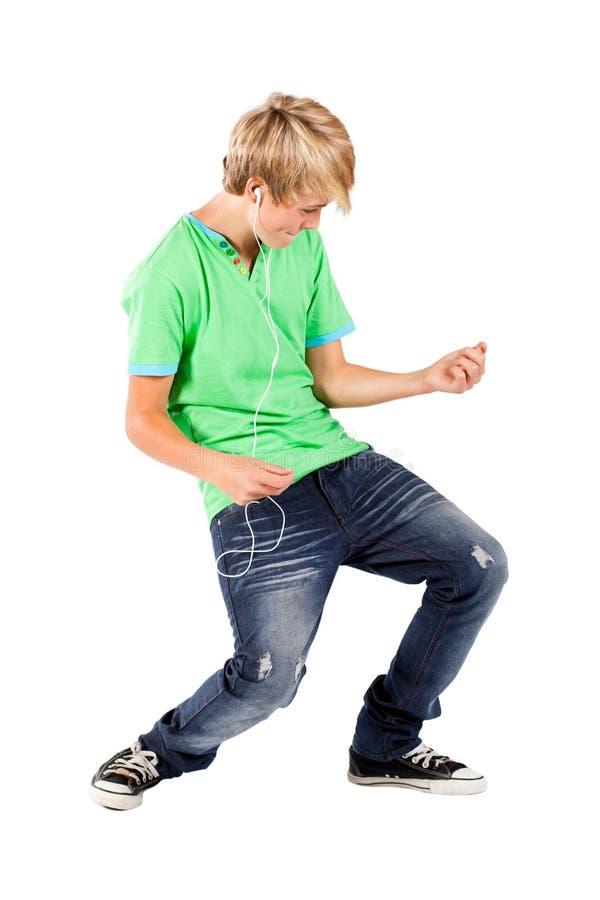 Junge, der Luftgitarre spielt stockfotografie