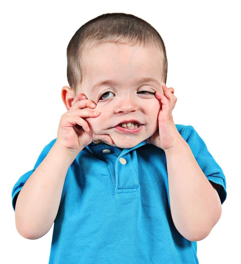 Junge, der lustiges Gesicht zieht lizenzfreie stockfotos