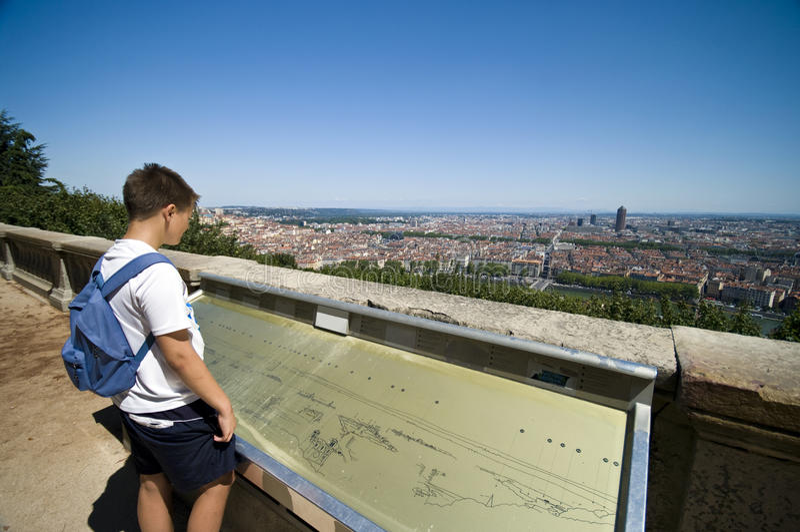 Junge, der Lyon-Stadt betrachtet lizenzfreie stockbilder